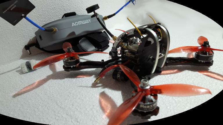 Drohnen fliegen mit Renndrohnen